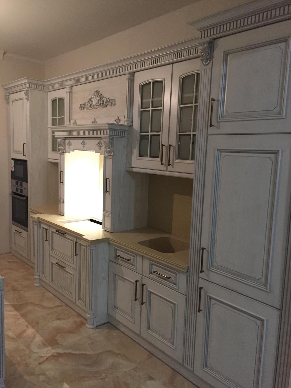Кухня с подстветкой в классическом стиле